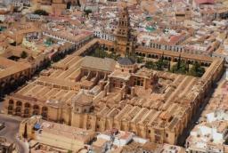 A széthasított mecset aranymozaikja a vásárok és népünnepélyek városában